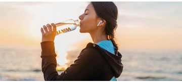 Você deve beber água logo pela manhã?